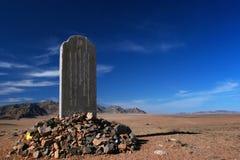 Stele tilldelad till Mandukhai eller den Mandukhai Khatun drottningen Mandukhai det klokt i stäppen av Mongoliet på en solig dag royaltyfri bild