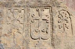 Steles di pietra con i khachkars (incroci) ed il testo armeno antico Fotografie Stock Libere da Diritti