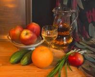 Stell życie z białym winem i owoc Fotografia Royalty Free