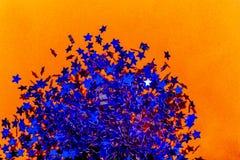 Stella blu su fondo arancio fotografia stock