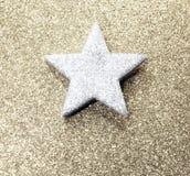 Stella d'argento luminosa su fondo brillante dorato Immagini Stock Libere da Diritti