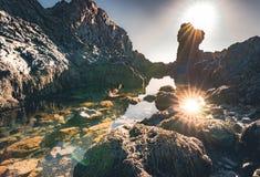 Stella del sole di Djupalonssandur o Lava Pearl Beach nero sulla penisola di Snaefellsnes in Islanda fotografia stock libera da diritti