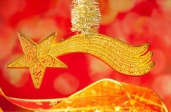 Stella dell'oro della cometa di bethlehem di natale su colore rosso Immagine Stock Libera da Diritti