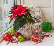 Stella di Natale e una lanterna nella finestra la vigilia dell'arrivo Fotografia Stock