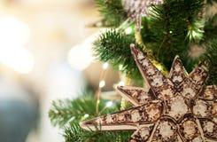Stella di Natale sull'albero di anno Fotografie Stock Libere da Diritti
