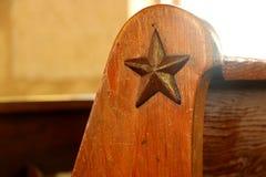 Stella di Texas stagionata sul banco di chiesa della chiesa, San Antonio Immagine Stock