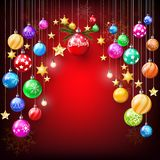 Stella dorata di scintillio variopinto e palle di Natale che appendono decorazione su fondo rosso Royalty Illustrazione gratis