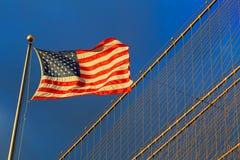 Stella e bande della bandiera americana che fanno galleggiare cielo blu nuvoloso Immagini Stock Libere da Diritti