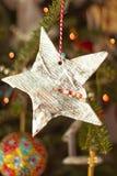Stella fatta a mano di Natale su un albero di Natale fotografia stock libera da diritti