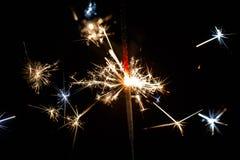 Stella filante bruciante isolata sulla sfuocatura nera del fondo Fotografia Stock