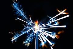 Stella filante bruciante isolata sulla sfuocatura nera del fondo Fotografia Stock Libera da Diritti