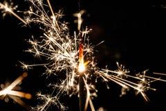 Stella filante bruciante isolata sulla sfuocatura nera del fondo Fotografie Stock Libere da Diritti