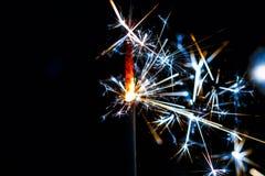Stella filante bruciante isolata sulla sfuocatura nera del fondo Fotografie Stock