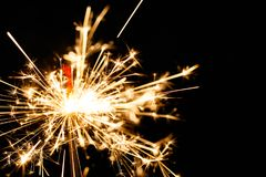 Stella filante bruciante isolata sulla sfuocatura nera del fondo Immagine Stock