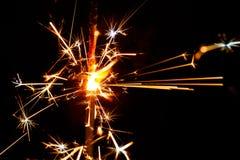 Stella filante bruciante sulla sfuocatura nera del fondo Fotografia Stock