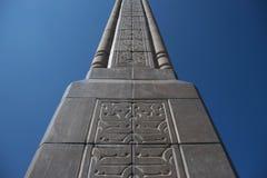 Stella, obelisco a Almaty contro il cielo blu Fotografia Stock Libera da Diritti