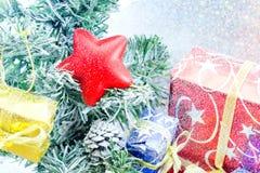 Stella rossa decorata ed altra su fondo bianco Fotografie Stock