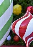 Stella rossa del pallone del contenitore di regalo dell'albero di Natale della bagattella del primo piano immagini stock libere da diritti