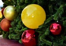 Stella rossa del pallone del contenitore di regalo dell'albero di Natale della bagattella del primo piano fotografia stock libera da diritti