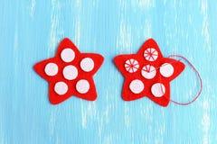 Stella rossa di cucito di Natale Come cucire sulle palle bianche di un feltro ad un feltro rosso stars punto manuale Vista superi Fotografia Stock Libera da Diritti
