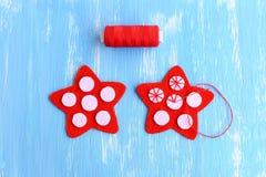 Stella rossa di cucito di Natale diy Come cucire sulle palle bianche di un feltro ad un feltro rosso stars Punto decorativo Natal Fotografia Stock Libera da Diritti