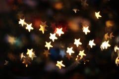 Stelle brillanti nell'albero di Natale fotografia stock
