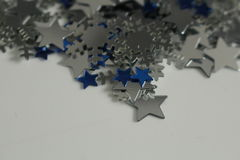 Stelle d'argento e blu e fondo d'argento dei fiocchi di neve Fotografia Stock Libera da Diritti