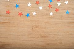 Stelle dei coriandoli su fondo di legno 4 luglio, la festa dell'indipendenza, la carta, invito negli S.U.A. inbandiera i colori V Immagine Stock Libera da Diritti