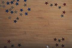 Stelle dei coriandoli su fondo di legno 4 luglio, la festa dell'indipendenza, la carta, invito negli S.U.A. inbandiera i colori V Immagini Stock