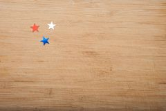 Stelle dei coriandoli su fondo di legno 4 luglio, la festa dell'indipendenza, la carta, invito negli S.U.A. inbandiera i colori V Fotografia Stock