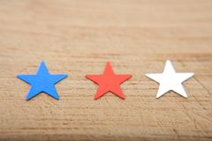 Stelle dei coriandoli su fondo di legno 4 luglio, la festa dell'indipendenza, la carta, invito negli S.U.A. inbandiera i colori V Fotografia Stock Libera da Diritti