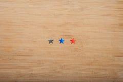 Stelle dei coriandoli su fondo di legno 4 luglio, la festa dell'indipendenza, la carta, invito negli S.U.A. inbandiera i colori V Immagini Stock Libere da Diritti