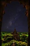Stelle del cielo notturno con il tempio in bagan Fotografie Stock Libere da Diritti
