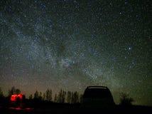 Stelle dell'universo e della Via Lattea su cielo notturno fotografia stock libera da diritti