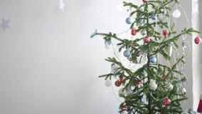 Stelle di carta che appendono per il fondo di un interno di Natale dall'abete accanto alla finestra Concetto di Natale nuovo stock footage