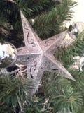 Stelle di decoratios di Natale e palle d'argento circondate dal pino verde Immagine Stock Libera da Diritti