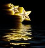 Stelle di fucilazione dell'oro 3D che riflettono in acqua Immagine Stock