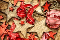 Stelle di legno delle decorazioni di Natale e ornam rosso dell'annata dei nastri Fotografie Stock Libere da Diritti