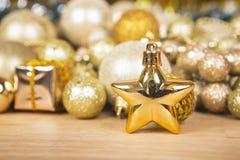 Stelle di Natale sul fondo dell'oro Immagine Stock Libera da Diritti