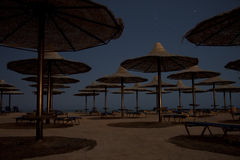 Stelle di sera sopra la spiaggia tropicale fotografia stock libera da diritti