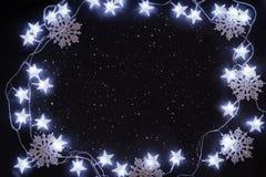 Stelle e fiocchi di neve sul cielo notturno Fotografie Stock