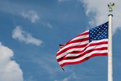 Stelle e strisce gigante della bandiera americana degli S.U.A. sul fondo del cielo Fotografie Stock