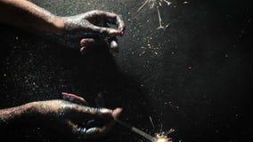 Stelle filante del fuoco d'artificio sul contesto brillante festivo archivi video