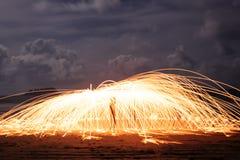 Stelle filante di filatura sulla spiaggia Fotografia Stock