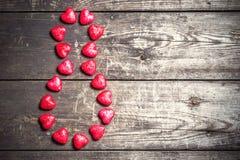 Stelle 8, gezeichnet mit Herzen auf einem hölzernen rustikalen Hintergrund Lizenzfreie Stockfotos