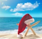 Stelle marine in cappello di Santa alla spiaggia Immagine Stock Libera da Diritti