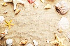 Stelle marine e coperture su una spiaggia di sabbia, fine su Fotografie Stock Libere da Diritti