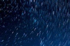 Stelle nel moto sui precedenti di cielo notturno Fotografia Stock