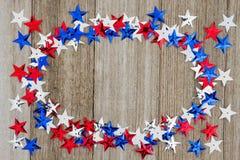 Stelle rosse, bianche e blu di U.S.A. sul fondo di legno del tempo Immagini Stock
