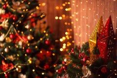 Stelle vaghe e luminosità del witn del fondo dell'albero di Natale fotografia stock libera da diritti